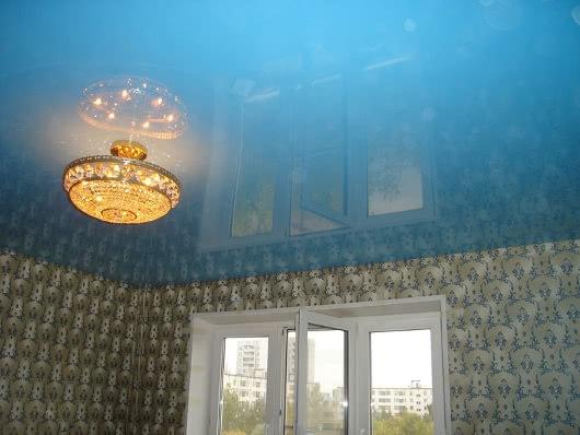 Фото натяжных потолков голубого цвета