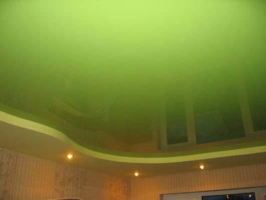 Натяжной потолок зеленого цвета фото