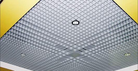 Одним из них является реечный подвесной потолок растрового типа