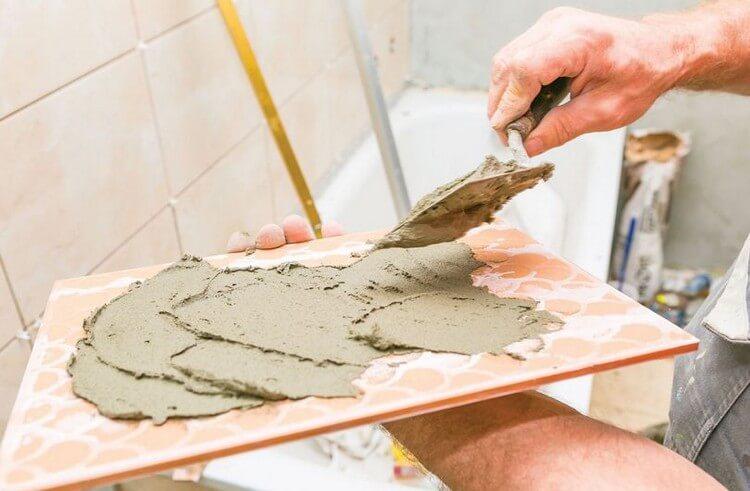 Как выполняется процесс укладки керамической плитки