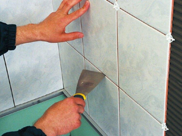 Завершение процесса укладки керамической плитки